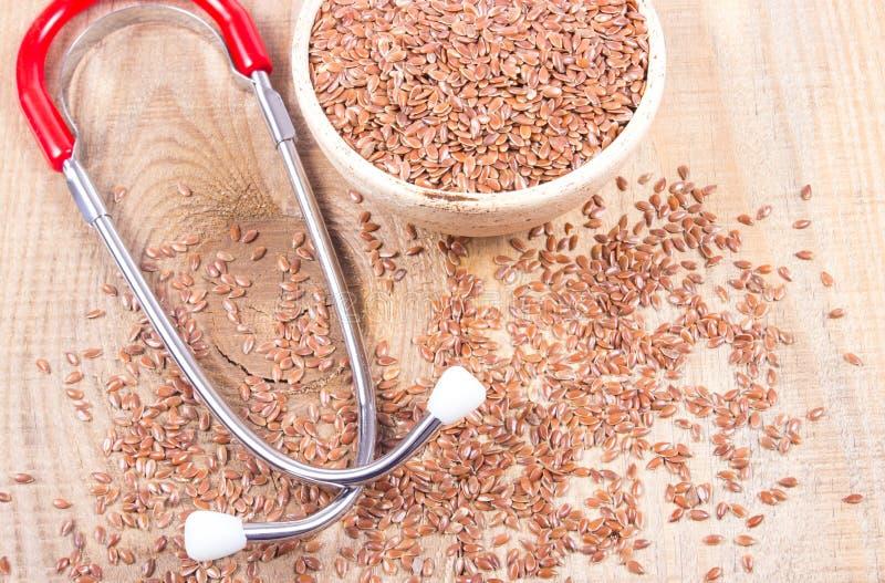 Flaxseed και στηθοσκόπιο - η έννοια των ιατρικών ιδιοτήτων στοκ εικόνα με δικαίωμα ελεύθερης χρήσης