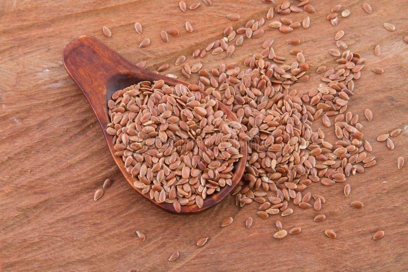 Flaxseed adra w drewnianej łyżce obrazy royalty free