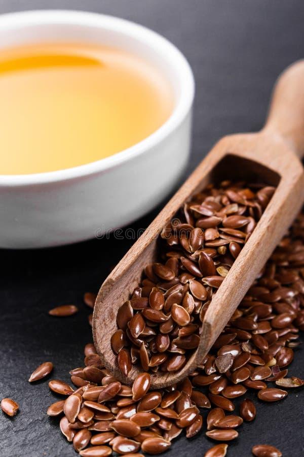 Flaxseed e óleo em um fundo rústico foto de stock royalty free