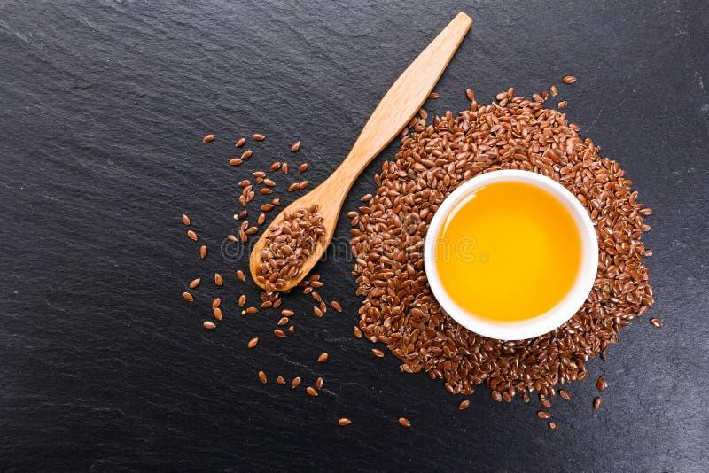 Flaxseed e óleo em um fundo rústico fotografia de stock royalty free
