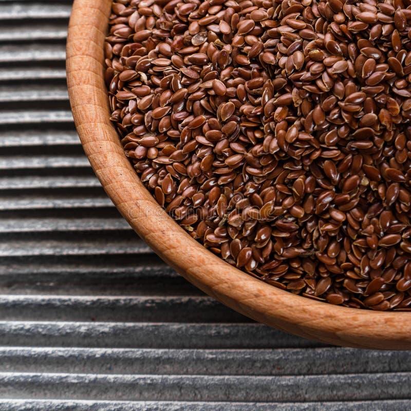 Flaxseed e óleo em um fundo rústico fotografia de stock
