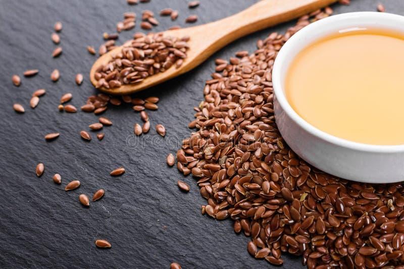 Flaxseed e óleo em um fundo rústico fotos de stock royalty free
