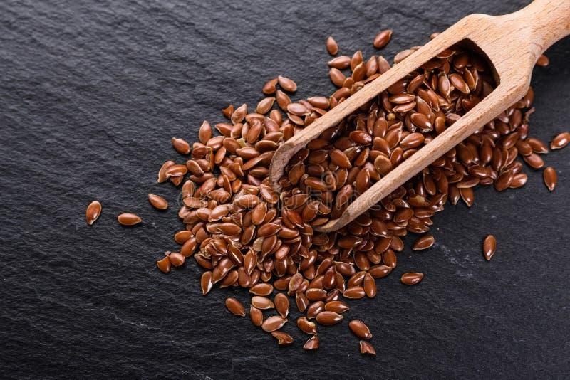 Flaxseed e óleo em um fundo rústico imagens de stock