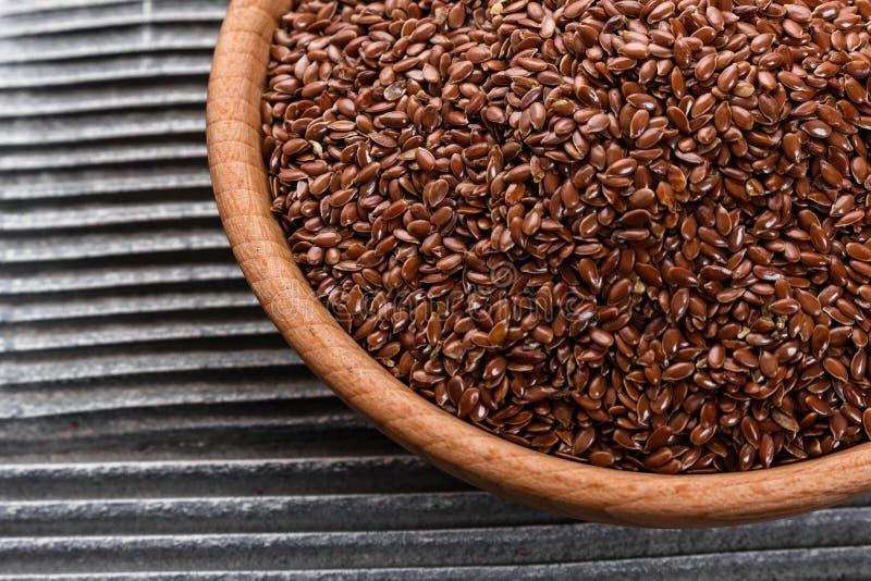 Flaxseed e óleo em um fundo rústico fotos de stock