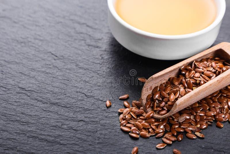 Flaxseed e óleo em um fundo rústico imagem de stock royalty free