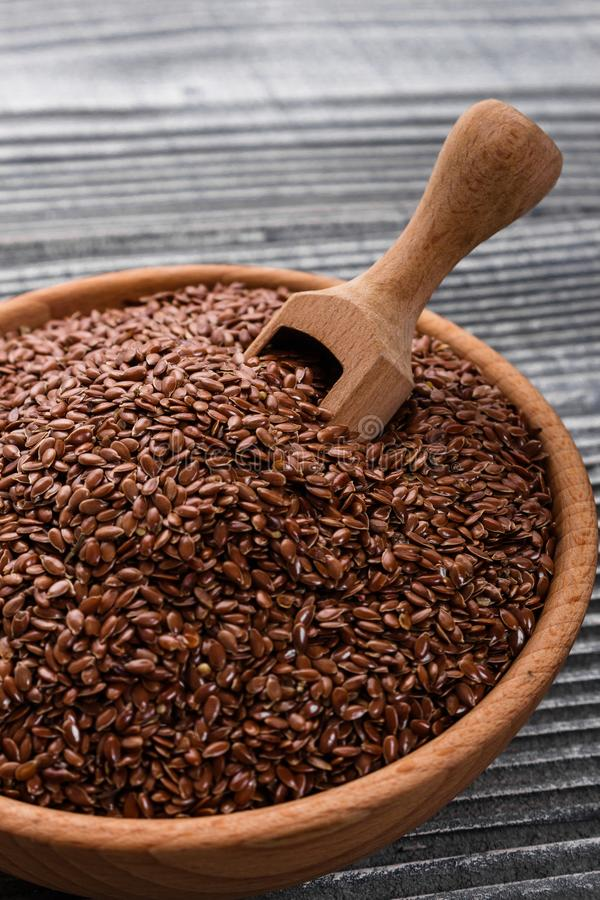 Flaxseed i olej na nieociosanym tle obraz stock