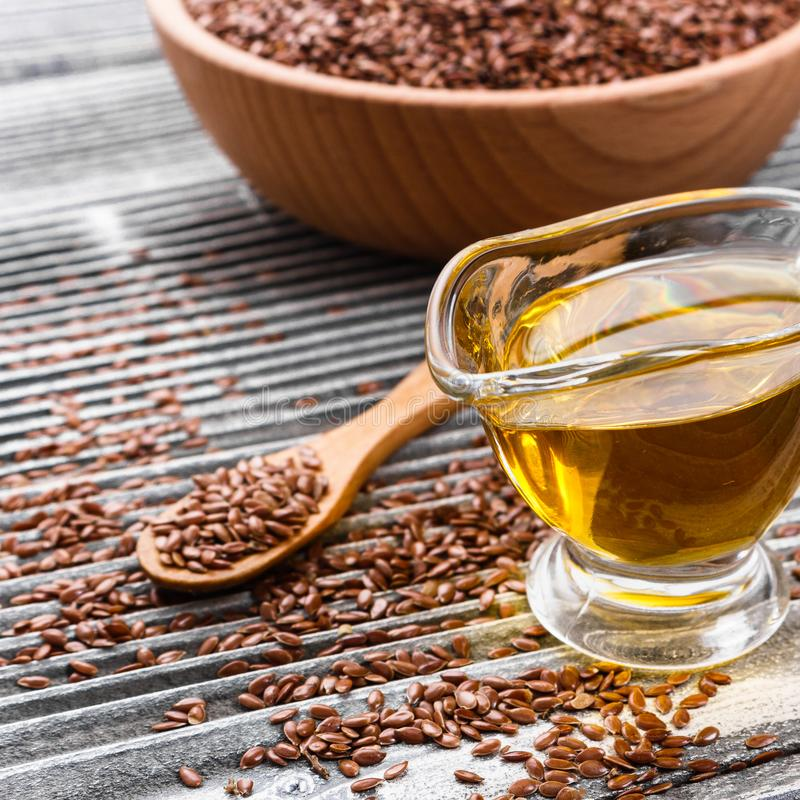 Flaxseed i olej na nieociosanym tle zdjęcia stock