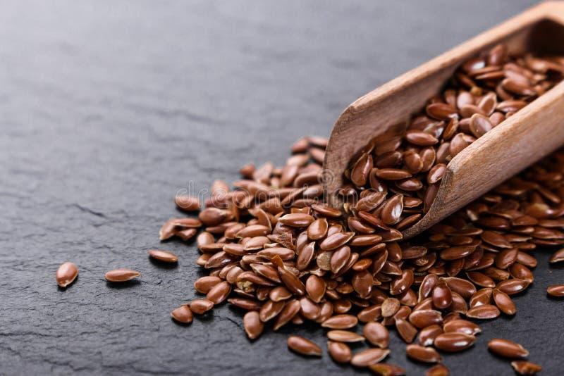 Flaxseed i olej na nieociosanym tle fotografia stock
