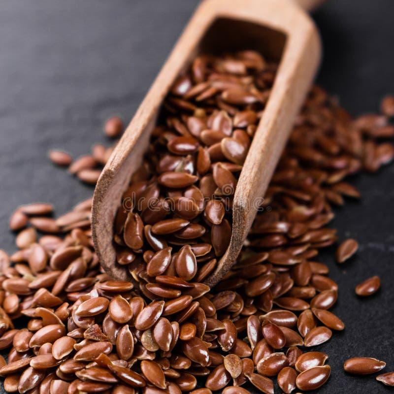 Flaxseed i olej na nieociosanym tle zdjęcie royalty free