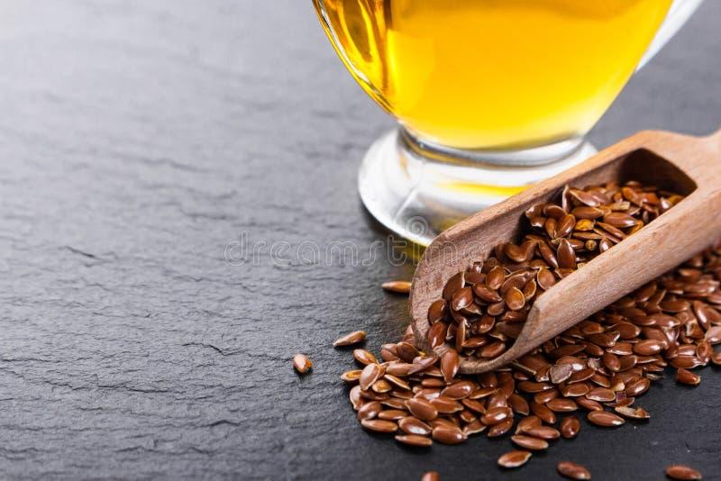 Flaxseed i olej na nieociosanym tle zdjęcie stock