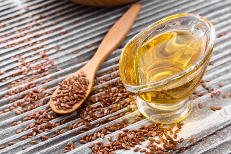 Flaxseed i olej na nieociosanym tle obrazy stock