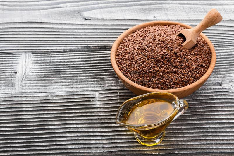 Flaxseed i olej na nieociosanym tle obrazy royalty free