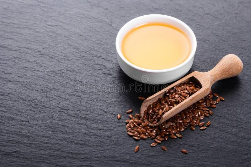 Flaxseed i olej na nieociosanym tle fotografia royalty free