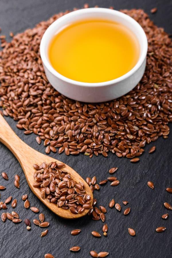 Flaxseed i olej na nieociosanym tle zdjęcia royalty free