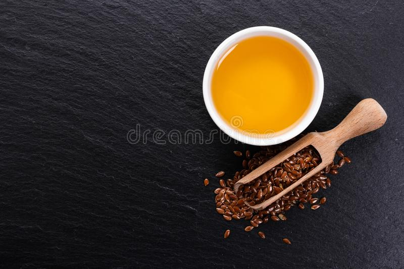 Flaxseed i olej na nieociosanym tle obraz royalty free