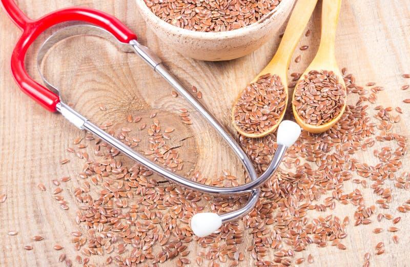 Flaxseed i stetoskop - pojęcie lecznicze własność zdjęcie stock