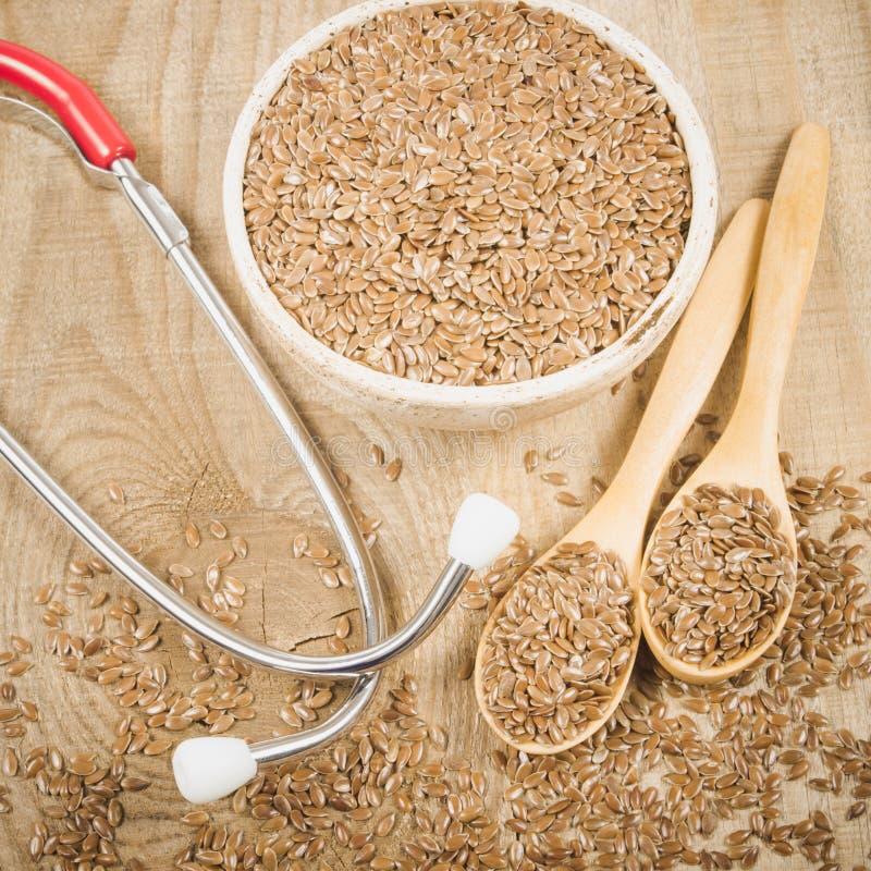 Flaxseed i stetoskop - pojęcie lecznicze własność zdjęcia stock