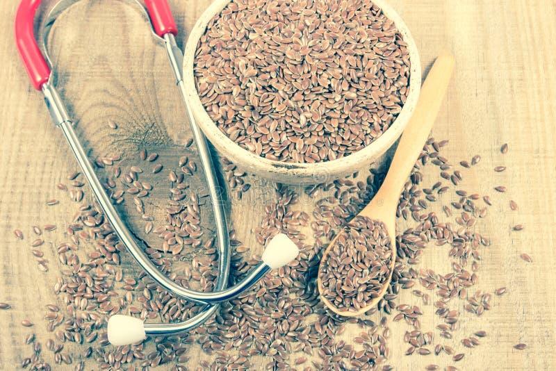 Flaxseed i stetoskop - pojęcie lecznicze własność zdjęcie royalty free