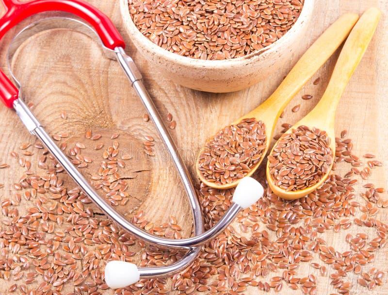 Flaxseed i stetoskop - pojęcie lecznicze własność fotografia royalty free