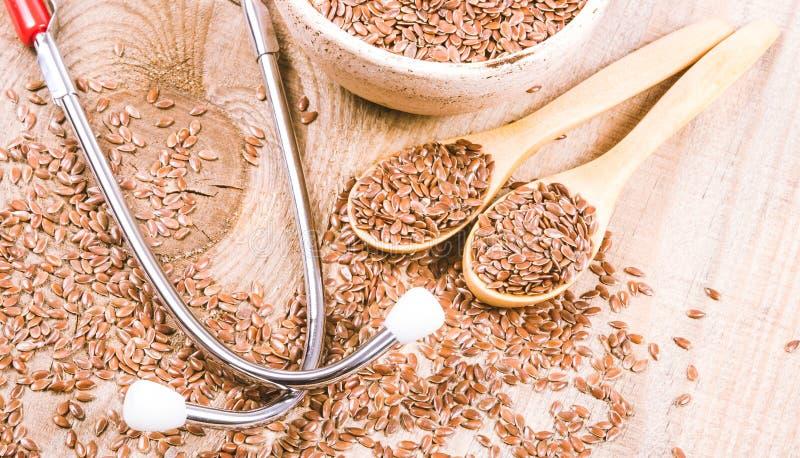Flaxseed i stetoskop - pojęcie lecznicze własność obrazy stock