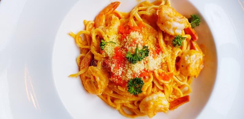 Flay nieatutowego Krewetkowy pasta makaron, spaghetti z serem, Krewetkowym jajkiem i ziele na wierzchołku w bielu talerzu lub, zdjęcia stock