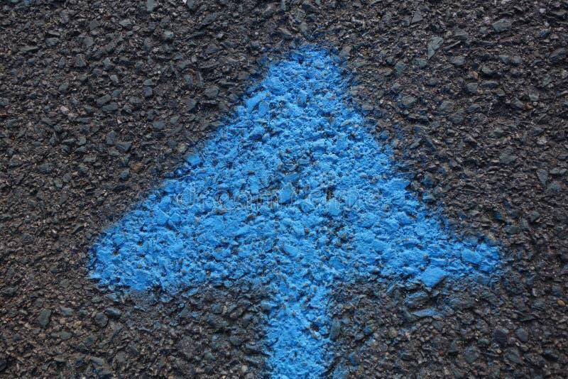 Flecha azul que señala hacia arriba foto de archivo