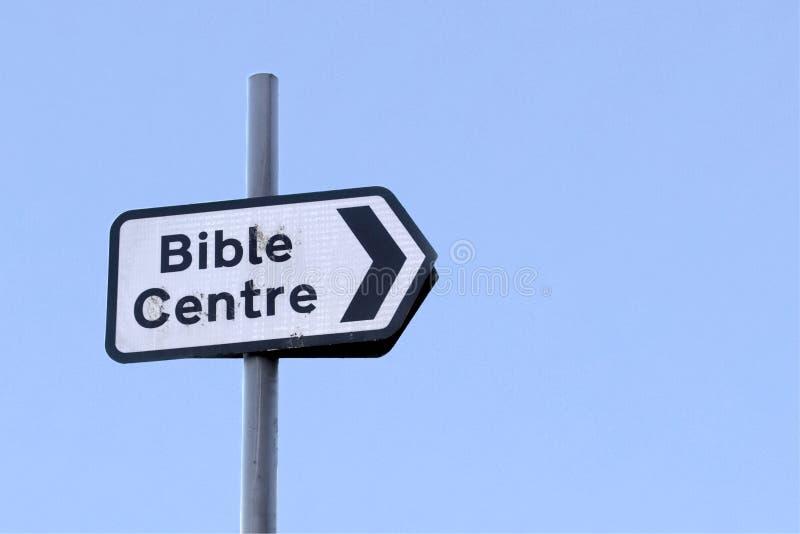 Flecha de la muestra del centro de la biblia a la capilla religiosa de la iglesia imagenes de archivo