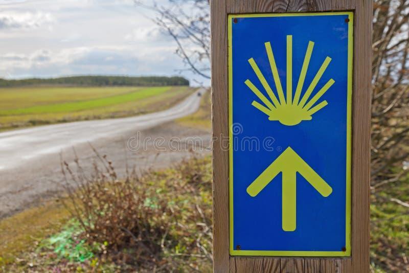 Flecha de la señalización en el Camino de Santiago imagen de archivo libre de regalías