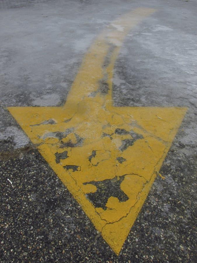 Flecha de la vuelta del pavimento debajo del hielo imagenes de archivo