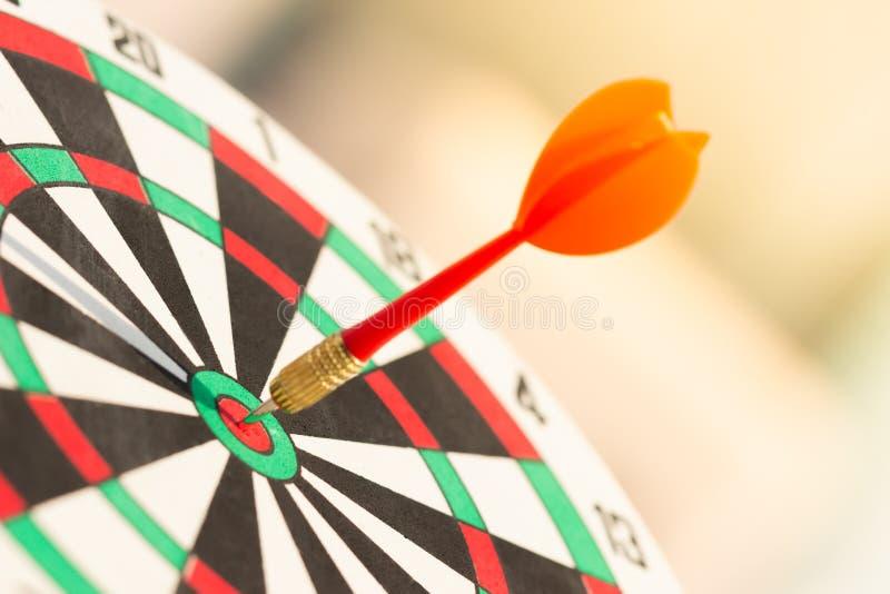 Flecha de los dardos que golpea en el centro de la blanco de la diana meta de negocio del concepto al ?xito de m?rketing fotografía de archivo