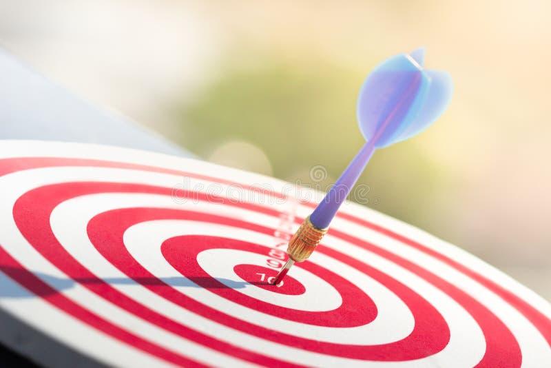 Flecha de los dardos que golpea en el centro de la blanco de la diana meta de negocio del concepto al ?xito de m?rketing fotos de archivo libres de regalías