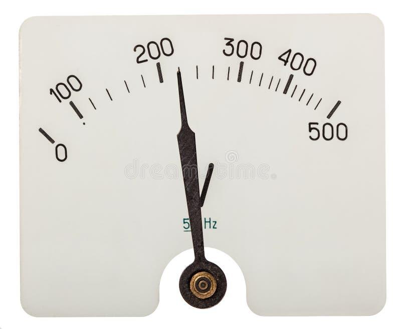 Flecha del voltímetro que indica 220 voltios, aislada en los vagos blancos foto de archivo