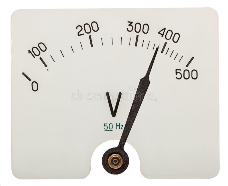 Flecha del voltímetro que indica 380 voltios, aislada en los vagos blancos imagen de archivo
