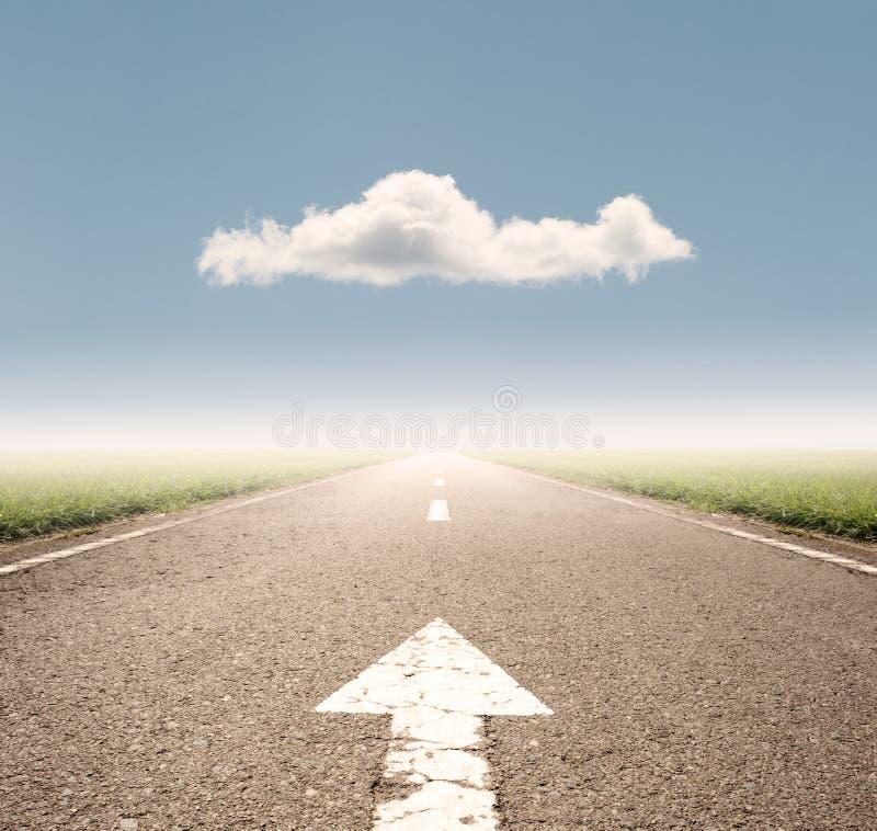 Flecha en la carretera de asfalto imágenes de archivo libres de regalías