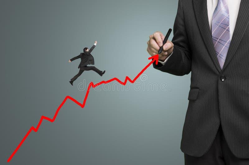 Flecha roja y otra del crecimiento del dibujo del hombre de negocios que saltan en ella fotos de archivo