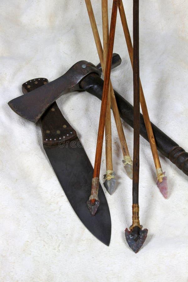 Flechas cuchillo y hacha de guerra foto de archivo libre de regalías