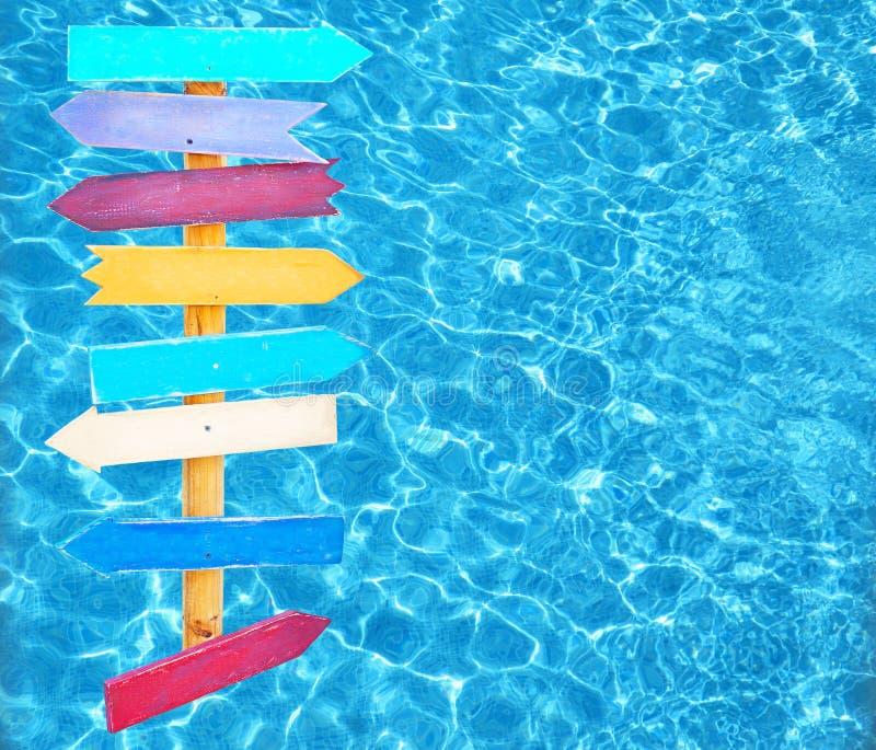 Flechas del tema del verano en el agua de la piscina fotos de archivo