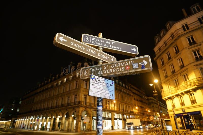 Flechas direccionales en la esquina de Rue de Rivoli y de la ruda Du Pont Neuf, París foto de archivo