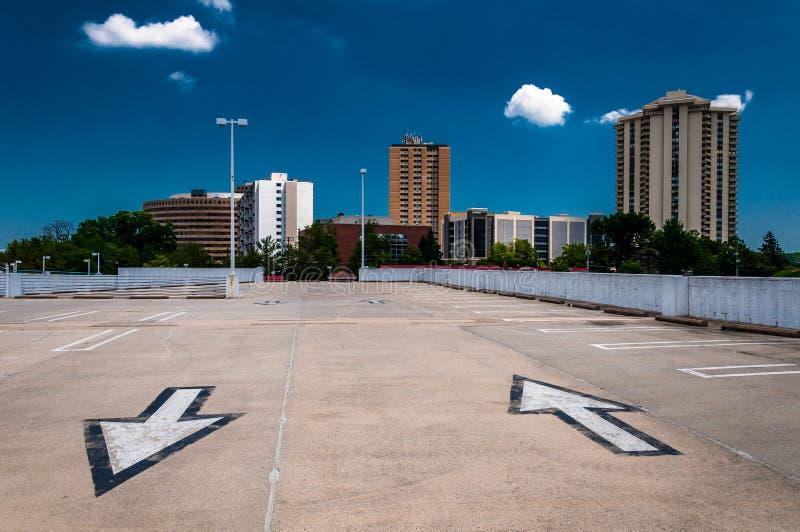 Flechas en estacionamiento y la vista de highrises de un parking fotografía de archivo libre de regalías