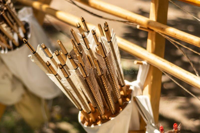 Flechas Handcrafted en un estremecimiento de cuero marrón lleno con las flechas en hecho a mano en estilo medieval foto de archivo libre de regalías