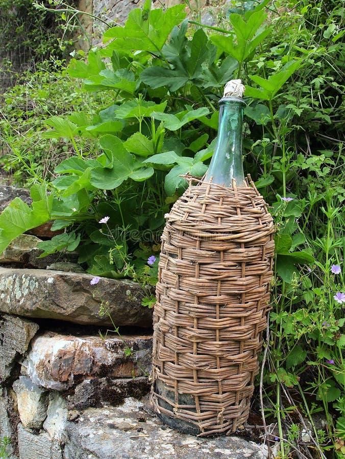 Flechtweiden-verklemmte Wein-Flasche stockbild