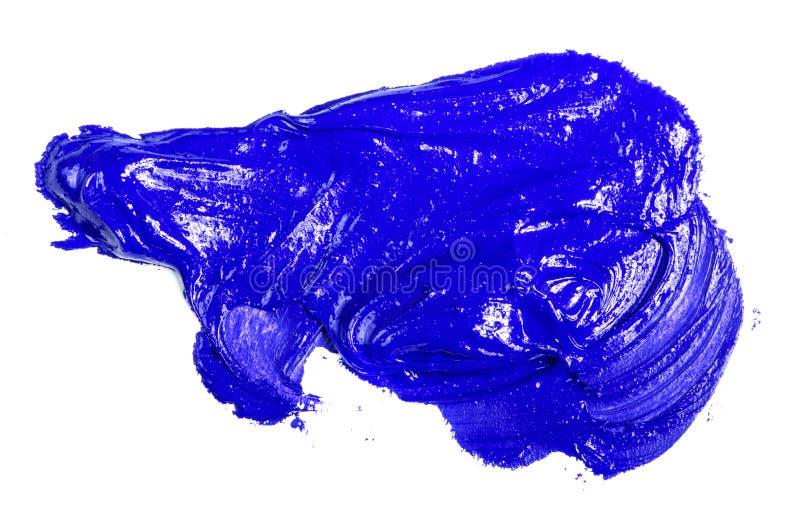 Fleck der blauen ?lfarbe auf einem wei?en stockfoto