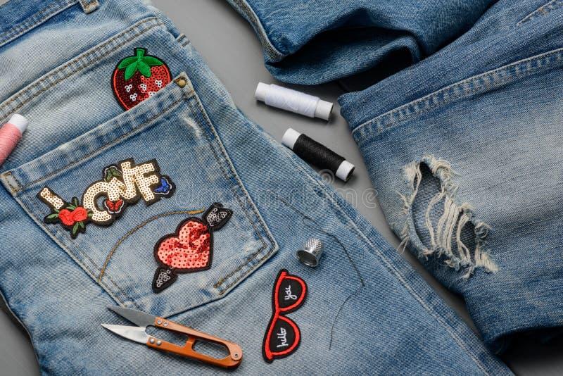 Flecken, Faden, Scheren und Jeans stockfotos