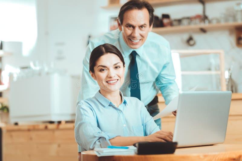Fleißige Manager, die Internet-Aufträge empfangen lizenzfreie stockfotos