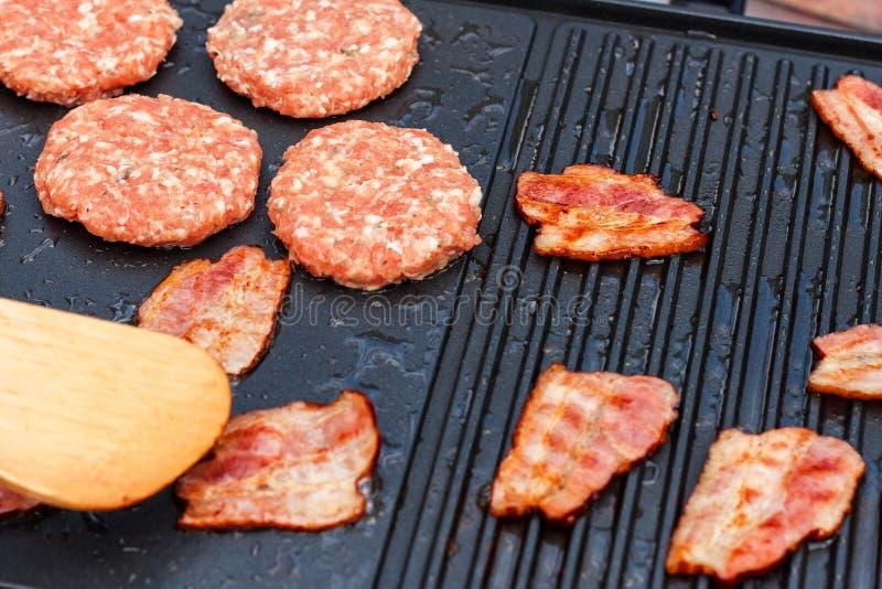 Fleisch auf einem elektrischen Grill Hausmannskost Gesunder Grill Ansprechen von Freunden Elektrisches Grillen lizenzfreies stockbild