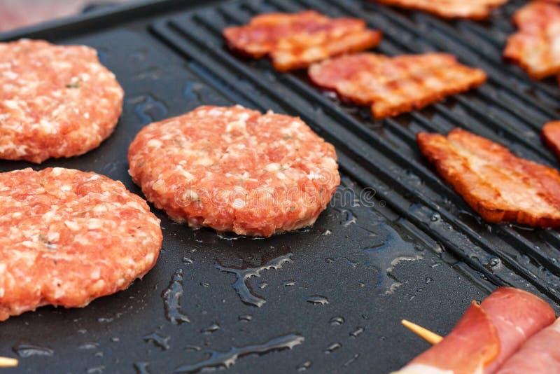 Fleisch auf einem elektrischen Grill Hausmannskost Gesunder Grill Ansprechen von Freunden Elektrisches Grillen lizenzfreies stockfoto