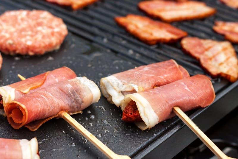 Fleisch auf einem elektrischen Grill Hausmannskost Gesunder Grill Ansprechen von Freunden Elektrisches Grillen lizenzfreie stockfotografie