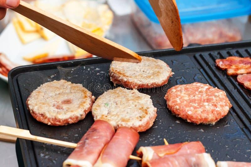 Fleisch auf einem elektrischen Grill Hausmannskost Gesunder Grill Ansprechen von Freunden Elektrisches Grillen stockfoto