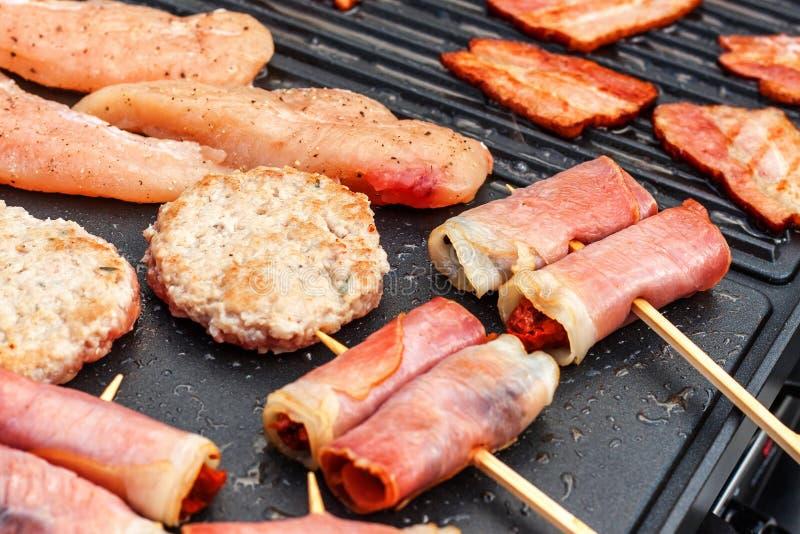Fleisch auf einem elektrischen Grill Hausmannskost Gesunder Grill Ansprechen von Freunden Elektrisches Grillen lizenzfreie stockfotos