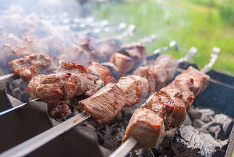 Fleisch auf Feuer in einem Metall kochend, grillen Sie lizenzfreie stockfotografie